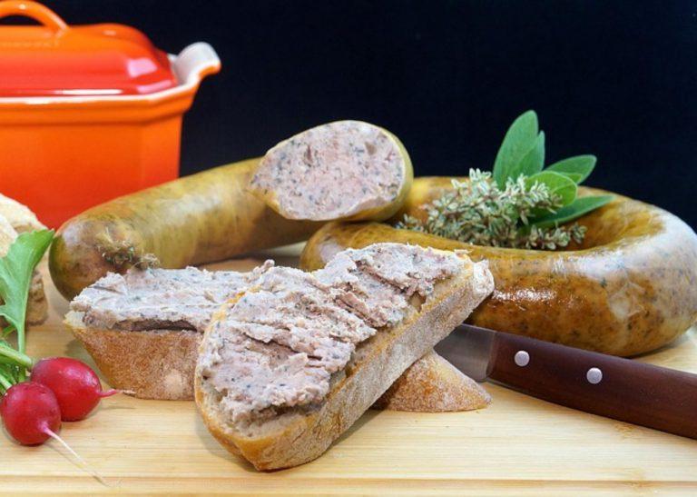 Wyrób kiełbasy w domowych warunkach – dobór mięsa, proces mielenia, konserwowania i nadziewania